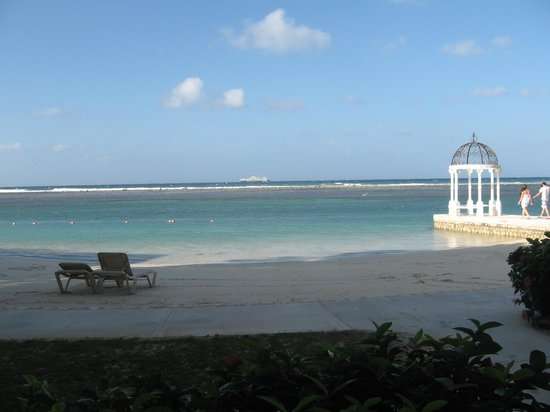 Sandals Royal Caribbean Resort and Private Island: Great beach area to have an evening beach dining experience