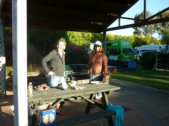 Invercargill TOP 10 Holiday Park: Guests at BBQ area