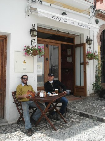 Cafe 4 Gatos: One of the outdoor tables / La terraza