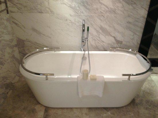 Fairmont Makati: Soaking Tub in Bathroom