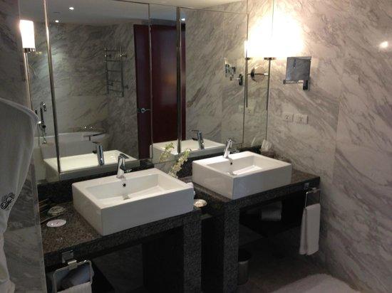 Fairmont Makati: Double Vanity in Bathroom