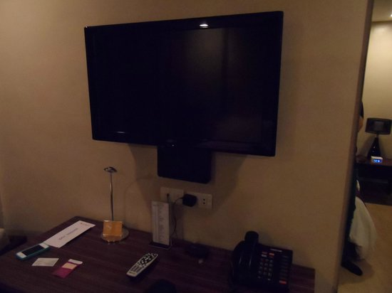 Goldberry Suites & Hotel: Tv with desk