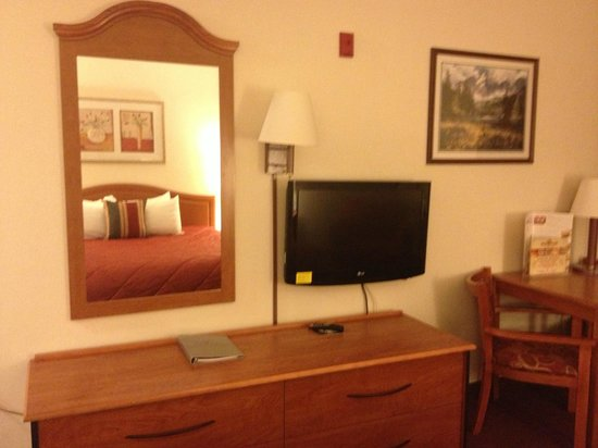 Ramada Seatac Airport : Dresser, TV and table