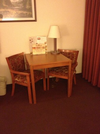 Ramada Seatac Airport : Table and chairs
