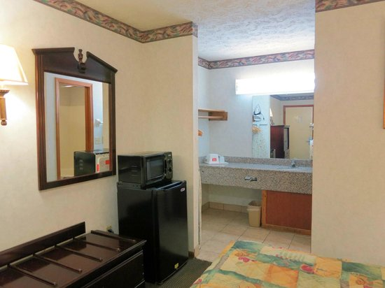 Econo Lodge North: Queen Room