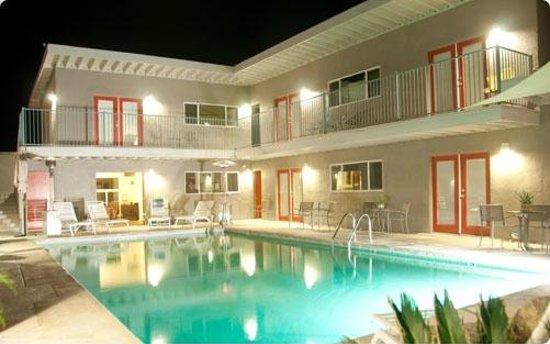 Desert Hot Springs Inn: Pool courtyard at night