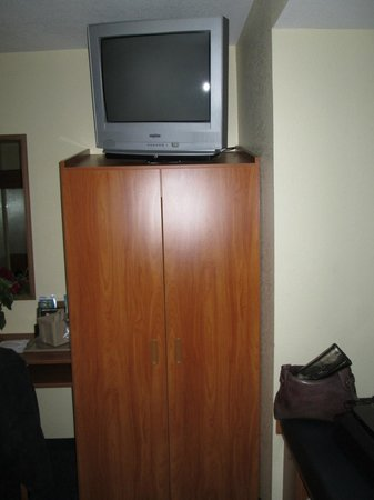 Microtel Inn & Suites by Wyndham Huntsville: Old TV but has cable