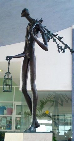 Oleo Cancun Playa: Statute in the lobby