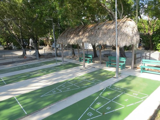 Key Largo Kampground and Marina: Shuffleboard deck