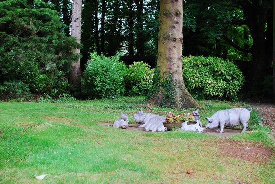 Windy Ridge House: 庭の遊び心_豚の親子
