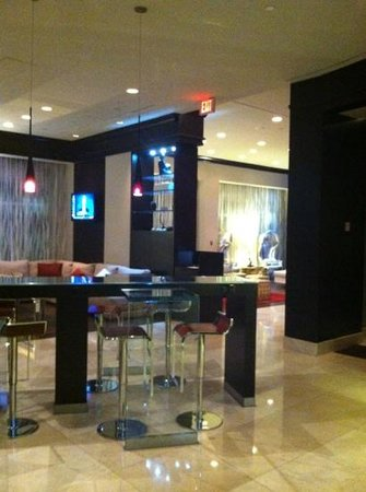 Renaissance Plantation Fort Lauderdale: Bar and restaurant entry way. great drinks!