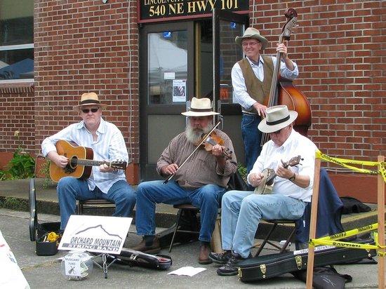 Lincoln City Farmers Market: Live local music