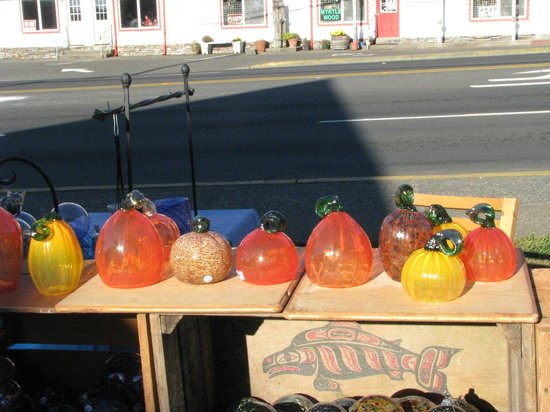 Lincoln City Farmers Market: Local glass artists.