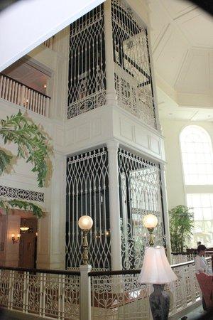 Hong Kong Disneyland Hotel: Old style elevator