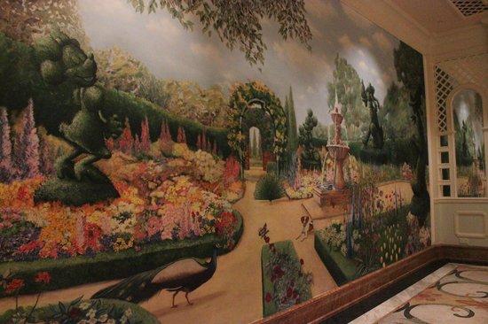 Hong Kong Disneyland Hotel: Mural at the cafe floor
