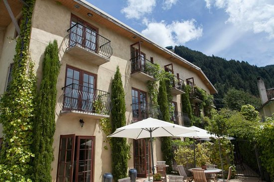 โรงแรมบราวน์ บูติค: The back of the hotel with balconies overlooking Queenstown.