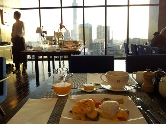 THE GATE HOTEL Asakusa Kaminarimon by HULIC: Eggs Benedict and morning view from the Gate Hotel Kaminarimon's breakfast room