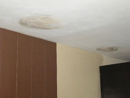 The Aroma's of Bali Hotel & Residence: water damage on ceiling
