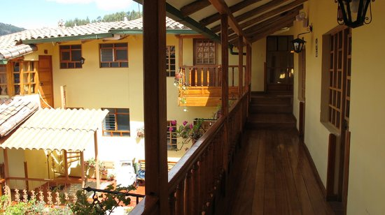 Amaru Hostal: The upper balcony leading to several rooms.