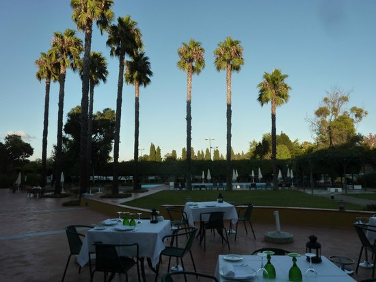 Pousada Convento Beja: Outside dining in the evening