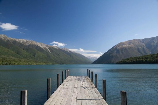 St Arnaud House B&B: The lake, very, very close by.