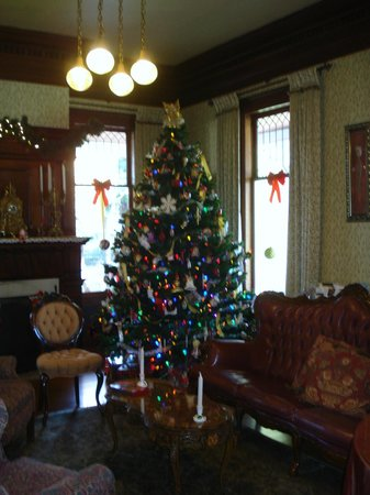 Churchill Manor Bed and Breakfast: Living Room Holiday Tree