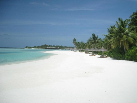 Anantara Veli Maldives Resort: Dighu beach with Veli in background