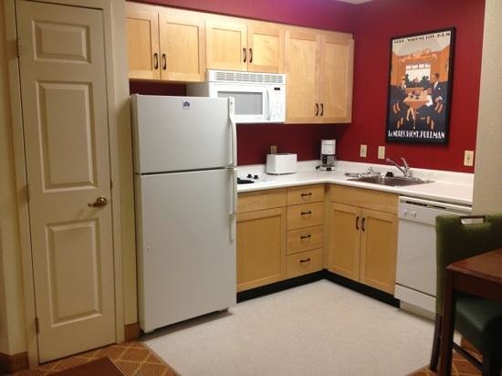 Lakeview Signature Inn Calgary Airport: beautiful bright kitchenette