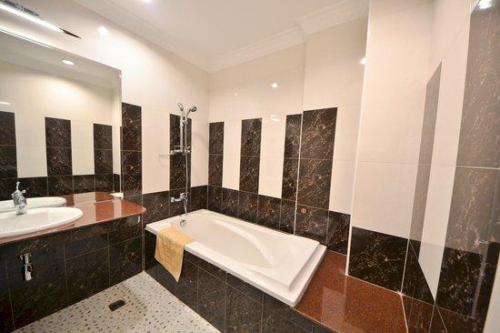 Golden House International: Bathroom