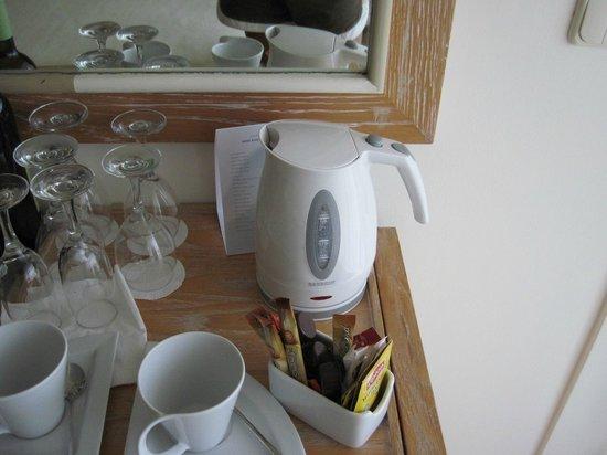 Sani Beach Hotel: Набор для приготовления чая, кофе в номере.