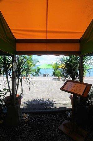 Il Giardino Beachfront Hotel : Teh Hotel/Restaurant entrance from the Beach