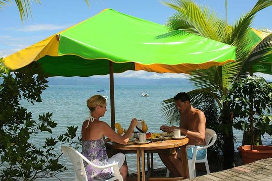 Il Giardino Beachfront Hotel: Breakfast at one of the Beach Tables