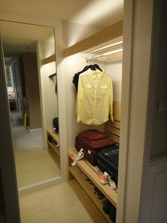 Amari Hua Hin: Walk-in closet/luggage area