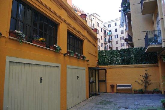 Golden Dreams: Отель во дворе дома