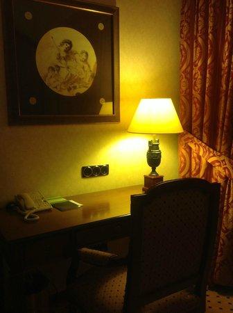Melia Milano: стол