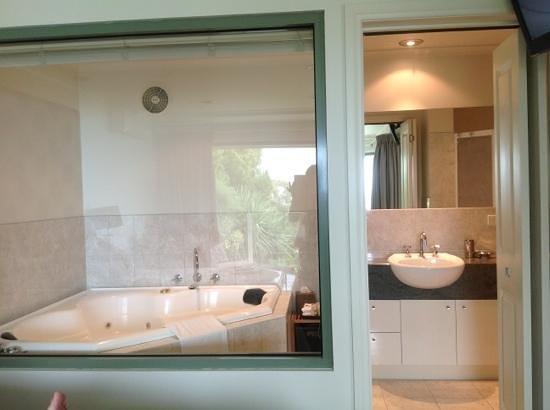 Arthurs Views :                   beautiful bathroom with awesome spa