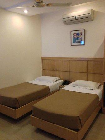Hotel Ajanta: 小さめのシングルベッドが2つのツインルーム