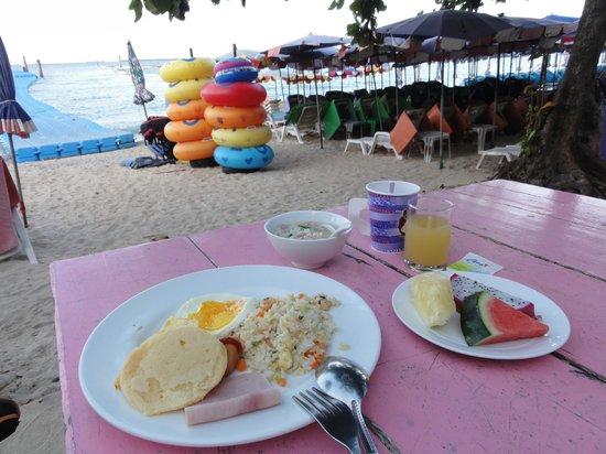 Xanadu Beach Resort Koh Larn : 朝食はビーチでビッフェスタイル