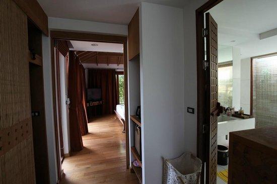 Tango Luxe Beach Villa: Espace entre la chambre et la salle de bains