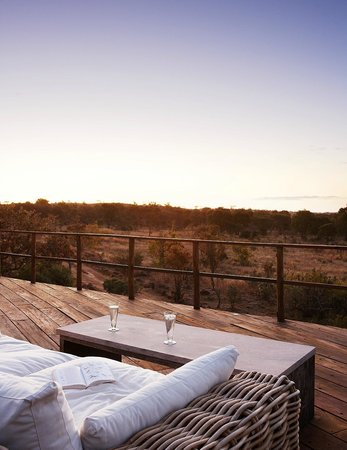 Mhondoro Game Lodge: Main lodge deck