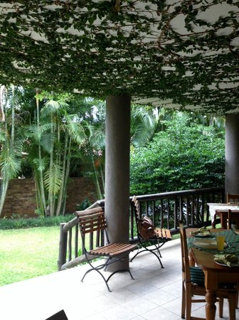 Villa Langa B&B: Outdoor patio for breakfast