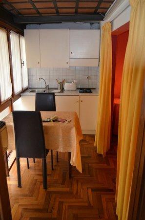 Tourist House Vittorio Ricci: El sector cocina, al lado de la cama