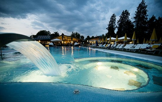 Piscine esterne la sera foto di piscine preistoriche montegrotto terme tripadvisor - Foto di piscine ...