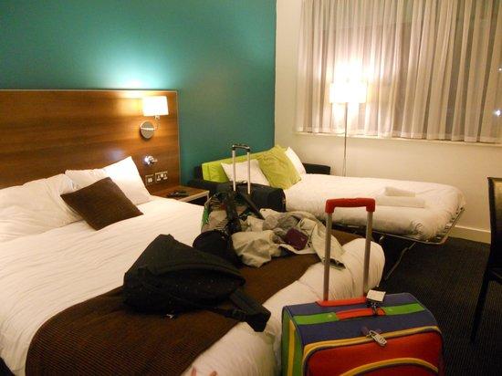 Days Inn Liverpool City Centre: Stanza tripla con letto matrimoniale e divano letto aggiuntivo.