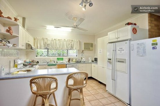 Cairns Bed & Breakfast: Kitchen Area
