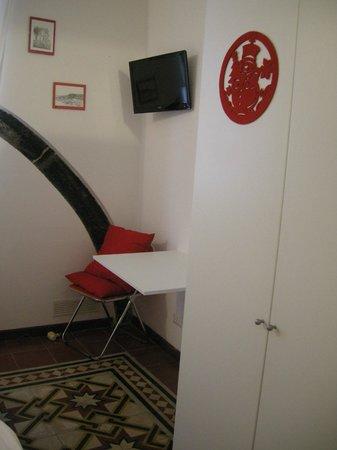 B&B Archi di Borgolungo Chiavari : Room detail with TV and fold-down desk