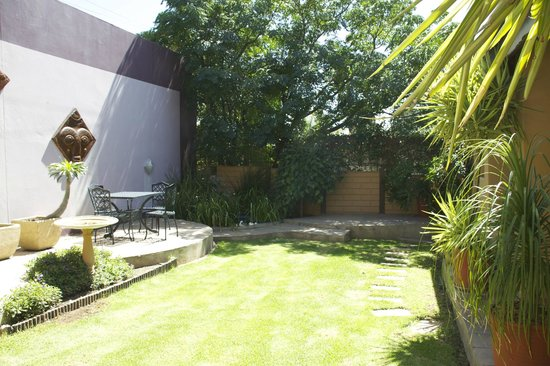 Hotel Pension Etambi : Shaded area of the garden