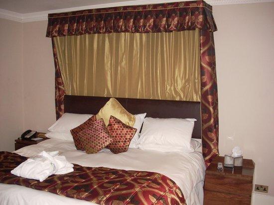The Barn Hotel: Plush bed