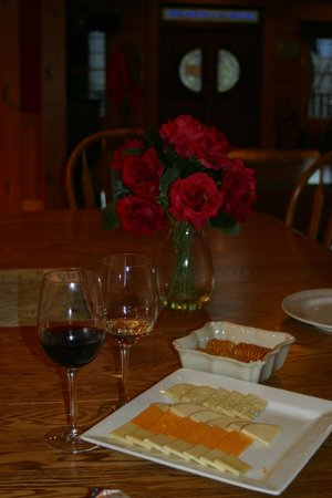 House Mountain Inn: wine and cheese free from 4-5 pm