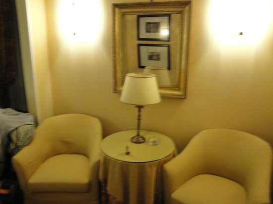 BEST WESTERN Hotel Canada: sitting area in our room